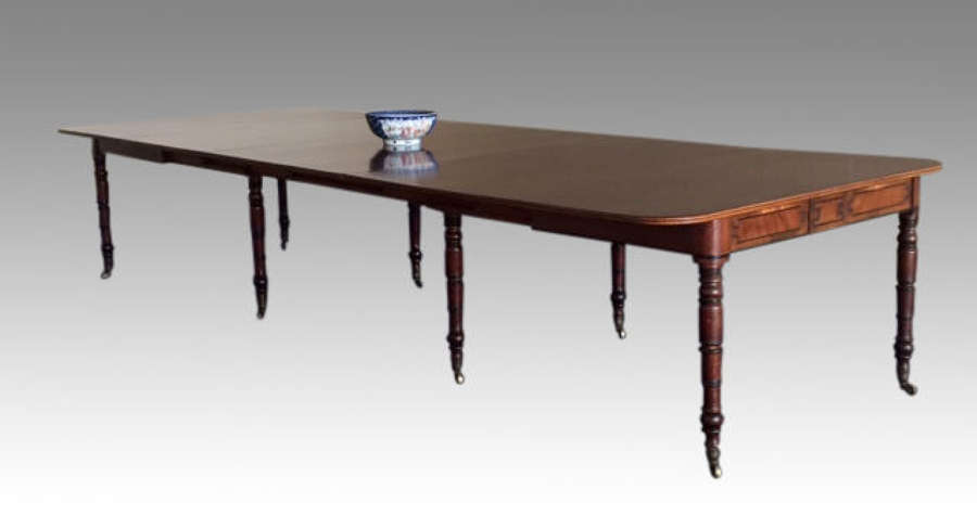 Georgian antique mahogany extending dining table.